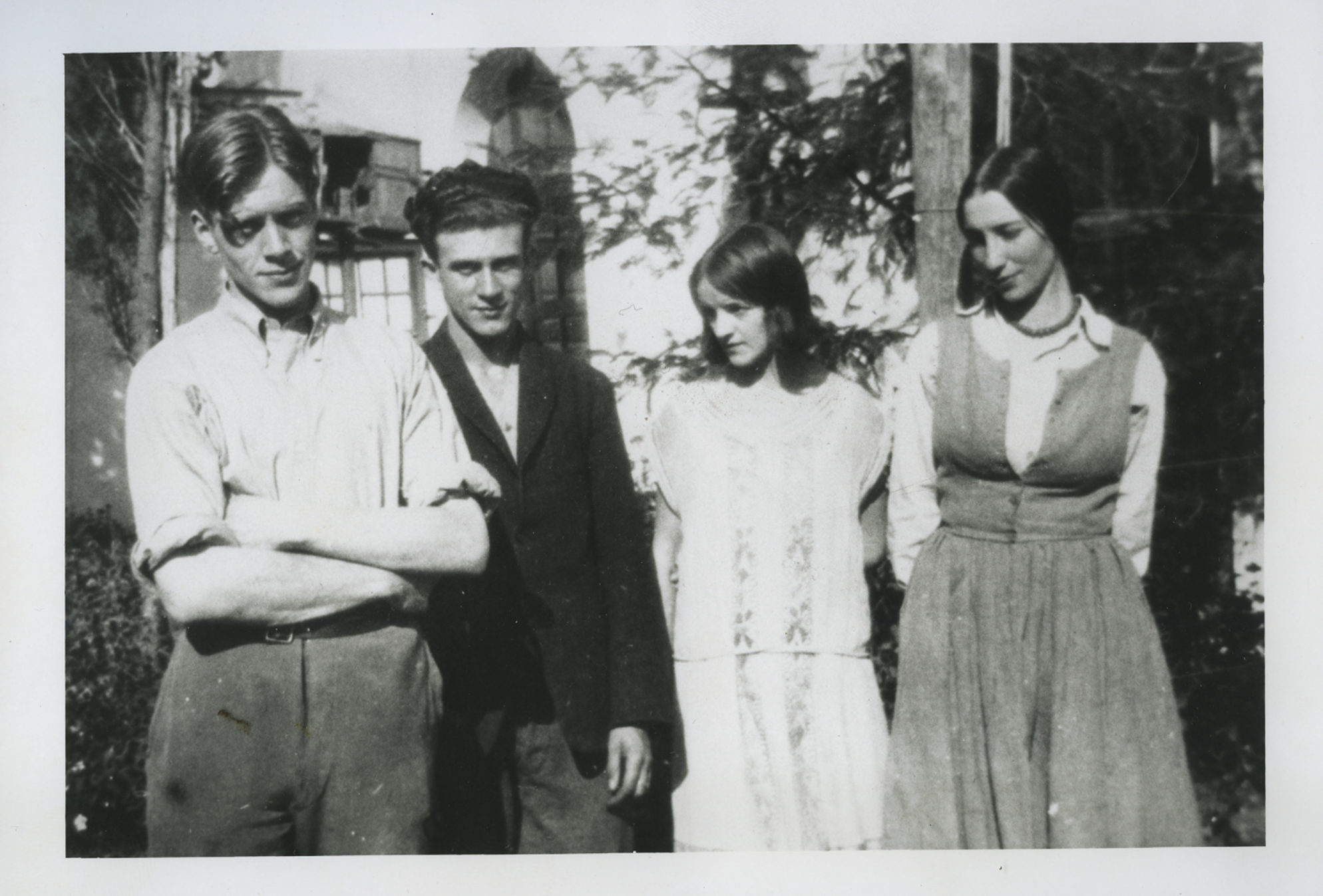 Winifred Knights (right), with Barbara Hepworth, J. R. Skeaping, and Tom Monnington (left), BSR Courtyard, 1925. BSR Fine Arts Archive